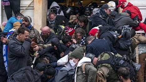 Yhdysvaltojen kongressiin tunkeutuneet mellakoitsijat ottivat yhteen poliisin kanssa.