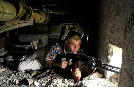Venäjä-mielinen taistelija Itä-Ukrainan Luhanskissa maanantaina.