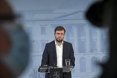 Ministeri Timo Harakka vastaili aamulla kysymyksiin Skopjen lennoista.