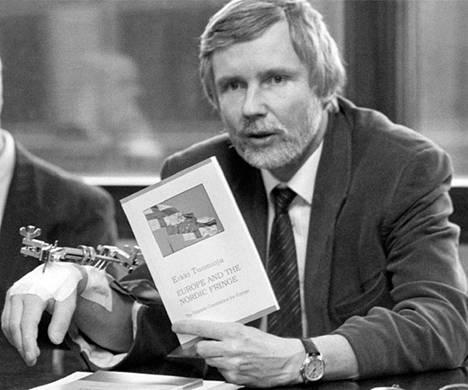 Tuomioja esittelemässä kirjaansa Europe and the Nordic Fringe 12.12.1991.