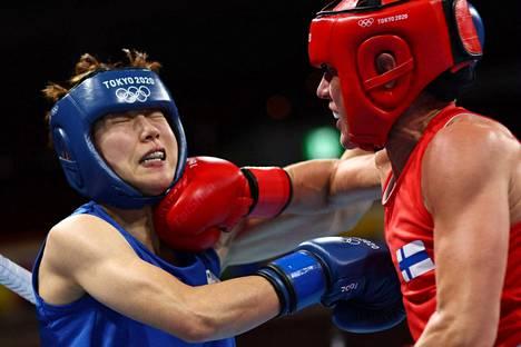 Mira Potkonen pakotti eteläkorealaisvastustajansa Yeon-ji Oh'n ahtaalle. Tässä korealaisen leukaperiin yltää suomalaisen oikean käden isku.