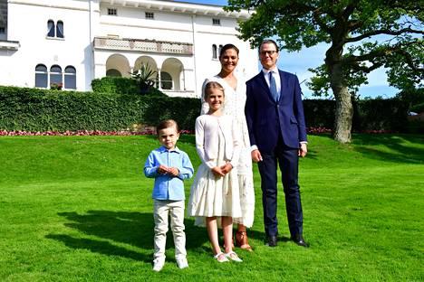 Kuninkaallinen perhe poseerasi Sollindenin linnan pihalla.
