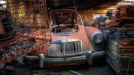 Valokuvaaja löysi nämä autot tallista hylätyn lentokoulun läheltä.