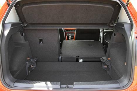 Tavaratila on auton ulkomittoihin nähden kookas, mutta takapenkin selkänoja taitettuna ei synny tasaista tilaa. Lattian ollessa ala-asennossa kynnys on korkea