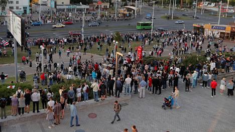 Kansa kerääntyi torstaina kaduille Minskissä osoittamaan mieltä. Oppositio on syyttänyt sunnuntaisia presidentinvaaleja vilpillisiksi.