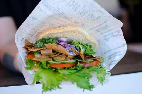 Pitaleipänsä väliin voi Jysäreillä ja Wanaja Festivaleilla valita rotukarjakebabia, falafeliä tai kanakebabia Street Pitas Food Truckista.