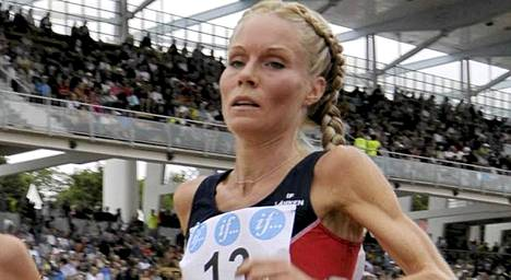 Leena Puotiniemi juoksi huippuajan Helsingin maratonilla.