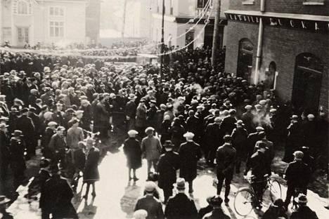 Kun kieltolaki päättyi, ihmiset kerääntyivät kaduille.