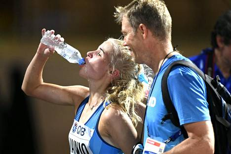 Alisa Vainio joi vettä selvittyään maaliin tukahduttavassa kuumuudessa.