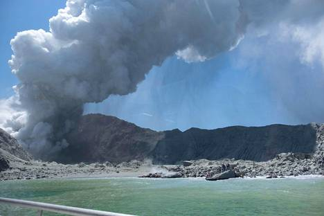 Michael Schade -niminen turisti kuvasi White Islandilta nousevan savupatsaan maanantaina purkauksen jälkeen.