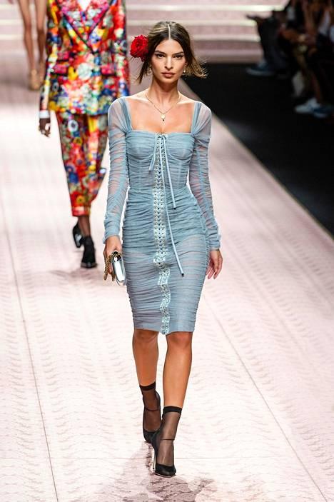Ratajkowski on yksi muotimaailman halutuimpia malleja. Kuvassa nainen muotijätti Dolce & Gabbanan näytöksessä.