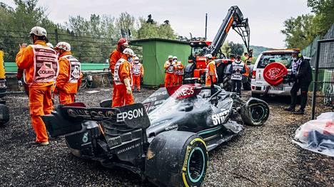 Ratatyöntekijöitä siirtämässä Valtteri Bottaksen Mercedestä Italiassa Imolan GP:ssä 18. huhtikuuta.
