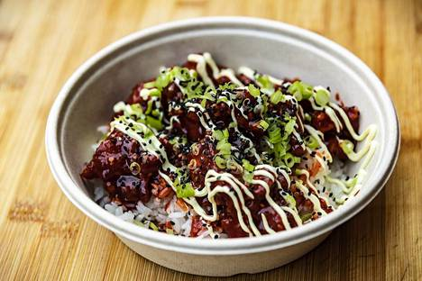 Ruisrockissa Karu-ravintolasta saa tuplafriteerattua kanaa korealaisella chiliglaseerauksella. Mukana on myös riisiä, majoneesia, seesaminsiemeniä ja kevätsipulia.