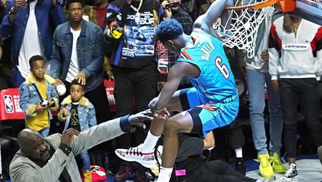 """""""Supermies"""" esitteli hauistaan ja roikkui korissa – pomppasi donkkikisassa kevyesti 216-senttisen NBA-legendan yli"""