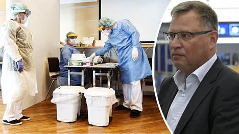 STM:n valmiusjohtaja Pekka Tulokas vieraili perjantai-iltana Helsinki-Vantaan kentällä, jossa Bukarestista tulleen koneen kaikille matkustajille järjestettiin mahdollisuus koronatestiin.