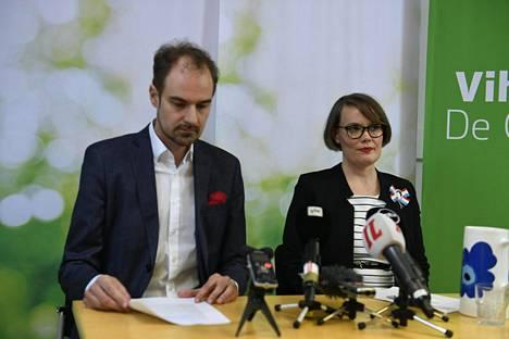 Aallon vetäytymisilmoituksesta kertoivat puoluesihteeri Lasse Miettinen ja puoluevaltuuskunnan puheenjohtaja Kaisa Hernberg.