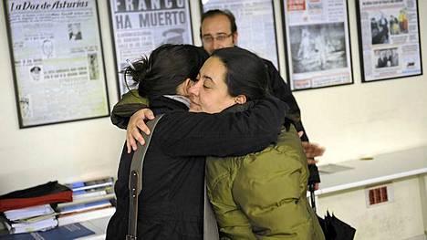 Kaksi journalistia halaa sen jälkeen, kun tieto 89 vuotta pystyssä olleen oviedolaisen sanomalehden lakkauttamisesta tuli.