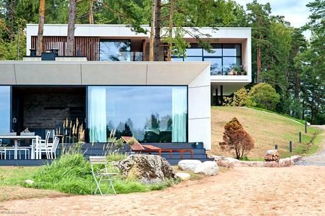 Lauri Ylösen suunnittelema luksustalo sijaitsee Sipoon Kalkkirannassa. Uusi myyntihinta on 2,95 miljoonaa.