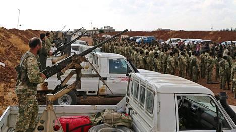 Turkin tukemat syyrialaiset kapinallisjoukot kokoontuivat maanantaina Pohjois-Syyriassa lähellä Turkin rajaa.