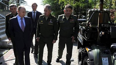 Presidentti Vladimir Putinin (toinen vasemmalla) seurueeseen kuuluivat muun muassa puolustusministeri Sergei Shoigu (toinen oikealta), Venäjän armeijan henkilöstöpäällikkö Valeri Gerasimov (vasemmalla) sekä kauppa- ja teollisuusministeri Denis Manturov.