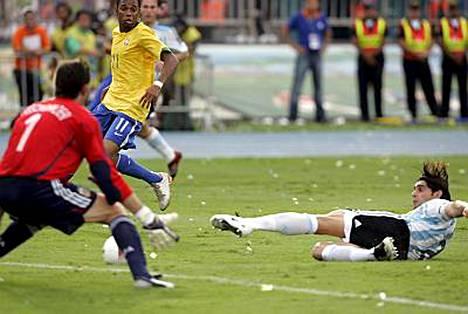 Roberto Ayala liukui 2-0-maalin omaan verkkoon.