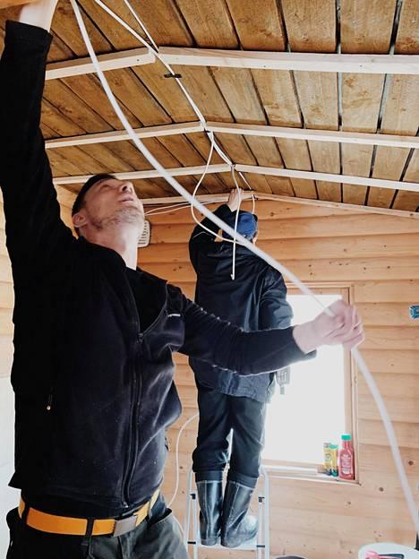 Janne Niiranen teki mökkiin sähkövedot.