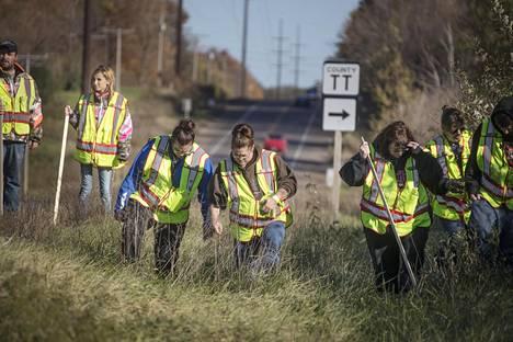 Poliisin koolle kutsumat 100 vapaaehtoista haravoivat maastoa torstaina Clossien kotitalon ympäristössä.