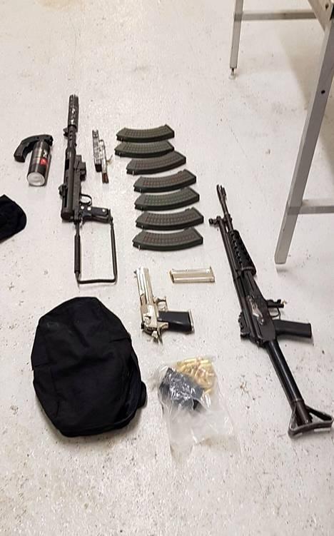 Saman esitutkinnan yhteydessä takavarikoitiin myös ampuma-aseita