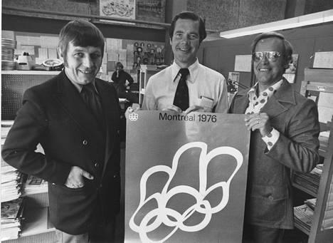 Pentti Salmi (vas.) ja Seppo Kannas (oik.) ja Anssi Kukkonen kuuluivat Raimo Häyrisen ohella Suomen kansan suosikkiselostajiin. Kuvassa kolmikko mainosti kesän 1976 Montrealin olympiakisoja.