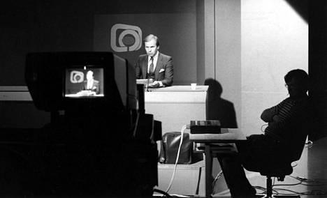 Uutistenlukija Kari Toivonen Ylen uutisstudiossa 1981.