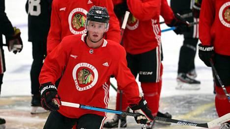 Chicagon supertähti Jonathan Towes kyseenalaisti lähteiden mukaan sen, onko NHL:n turvallista palata jäälle.