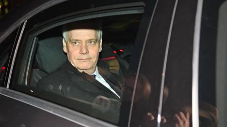 Antti Rinne poistui Sdp:n puoluehallituksen kokouksesta maanantaina illalla.