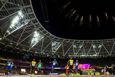 Justin Gatlin (vas. alhaalla) voitti maailmanmestaruuden lauantai-iltana lontoolaisyleisön pettymykseksi.