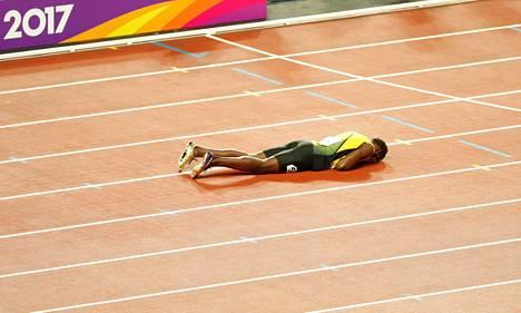 Usain Bolt lyyhistyi radalle viimeisessä kilpailussaan.