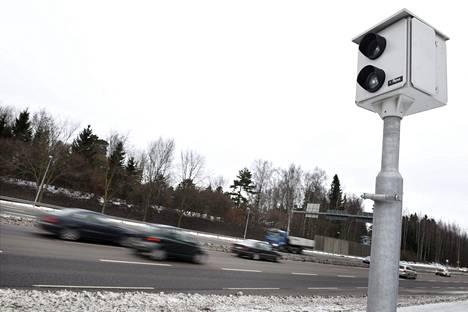 Ylikomisario evp. Sven-Olof Hasselin mielestä haiskahtaa rahastukselta, jos kameratolpat sijoitetaan heikosti havaittaviin paikkoihin.