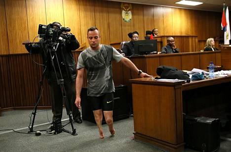 Oscar Pistoriuksen haluttiin antavan oikeudenkäynnissä näyte siitä, miten hän kävelee ilman proteesejaan. Kuva kesäkuulta 2016.