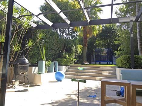 Talon suuri piha on Tomi Björckin mielestä uuden kodin parhaita puolia.