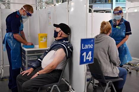 Britannia varautuu rokottamaan jopa yli 30 miljoonaa kansalaistaan kolmannen kerran.