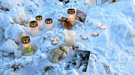 Löytöpaikalle oli sunnuntaina iltapäivällä tuotu runsaasti kynttilöitä.
