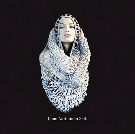 Jenni Vartiaisen uuden Seili-levyn kansi on erikoinen, sillä Jennillä on päällään verkkomainen paita, joka näyttää lähes pakkopaidalta.