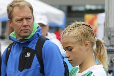 Jarmo Viskari valmentaa Alisa Vainiota.