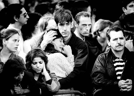 Ihmiset itkivät ja pyörtyilivät Lontoon kaduilla seuratessaan hautajaissaattuetta. William ja Harry ovat kertoneet jihmisten reaktion yllättäneen heidät täysin.