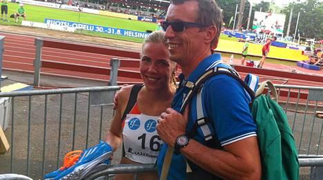 EM-rajan rikkonut Katri Mustola sai onnittelut Tuomo-isältään.