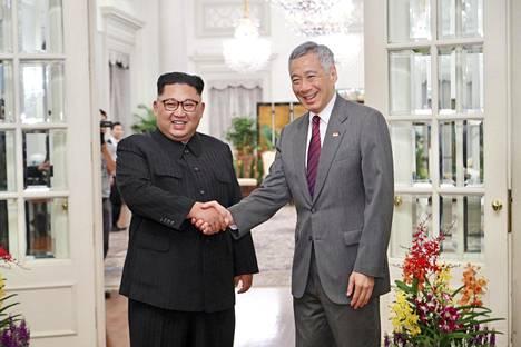 """Kim Jong-un ehti jo tapaamaan Singaporen pääministerin Lee Hsien Loongin. Pohjois-Korean  diktaattori totesi tapaamisessa, että """"maailma katsoo meitä""""."""