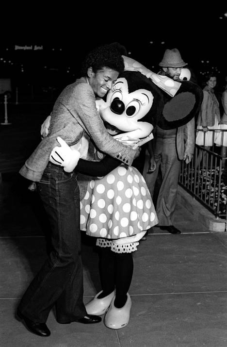 Michael Jackson Minni Hiiren kansssa Disneylandin 25-vuotisjuhlissa 1979.