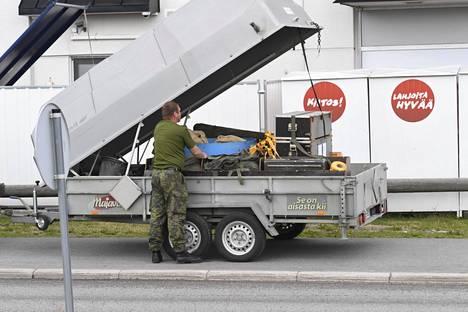 Puolustusvoimat kävi paikalla. Paikalla olleen Ilta-Sanomien kuvaajan mukaan operaatio oli ohi viidessä minuutissa.
