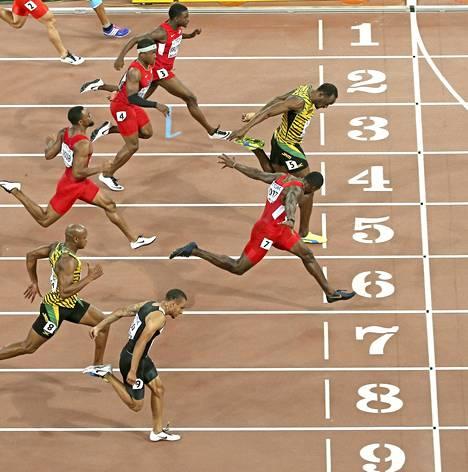Usain Bolt ohitti Justin Gatlinin viime metreillä Pekingin MM-finaalissa 2015. Gatlin on Boltin päävastustaja myös Lontoossa.