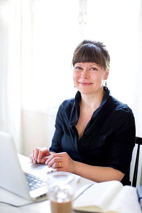 Sari Hyvärinen on kirjoittanut Mökkivuokraajan käsikirjan.