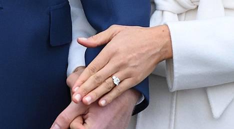 Meghanin sormus on prinssi Harryn suunnittelema ja siinä on kolme timanttia. Keskimmäinen ja suurin timantti on Botswanasta, kaksi pienempää kuuluivat prinsessa Dianalle.