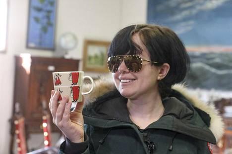 Alyona Juntunen huusi muumimukin 6 100 eurolla, mutta huomasi siinä jälkikäteen hiushalkeaman ja pyysi kauppojen perumista.